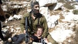 Soldato israeliano blocca bimbo palestinese, ma le