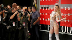 Mtv Awards, Miley Cyrus ruba la scena: nude look e lite in