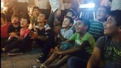 I bimbi che guardano Tom&Jerry alla stazione di