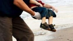 Quel bambino a faccia in giù sulla spiaggia che scuote le nostre
