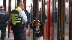 Il regalo del poliziotto tedesco emoziona il bimbo