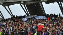 Des supporteurs de l'OL déploient une banderole