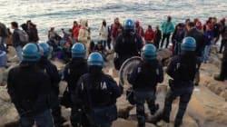 La polizia assedia i migranti sugli scogli a Ventimiglia, arriva il vescovo a
