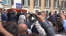 La folla intona l'Internazionale per l'ultimo saluto Pietro