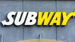 Une femme se déshabille et vandalise un Subway en