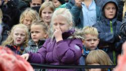 I bambini dicono addio al leone dello zoo