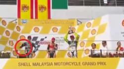 Lorenzo l'antisportivo: pollice verso a Valentino Rossi sul podio di