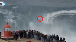 Il surfista cavalca un'onda di 18