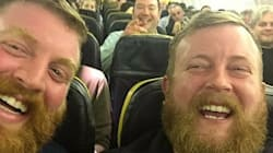 Sale su un aereo e trova il suo sosia, fanno un selfie e ne trovano un
