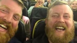 Un homme tombe sur son sosie dans un avion et poste le selfie le plus drôle de la