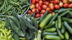 Le père oblige ses enfants à manger des légumes, la mère porte