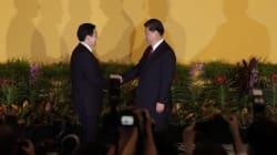 Incontro Cina-Taiwan, storica stretta di mano tra i due