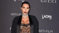 Enceinte, Kim Kardashian ose une combinaison-pantalon transparente