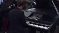 Le pianiste de Imagine joue à nouveau, cette fois sur la Place de la