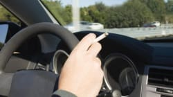 Mai più sigarette in auto mentre si guida (anche in assenza di