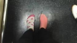 Si toglie gli stivali per regalarli ad una senzatetto