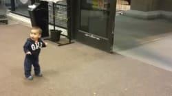 ASSISTA: Garotinho fica encantado com porta automática de