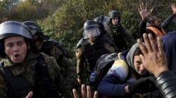La polizia carica i migranti che forzano il blocco al confine con la