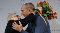 Sopravvissuto all'Olocausto abbraccia la donna polacca che lo