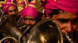 Band, Baaja, Bank