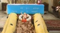 Un gommone sull'altare e la foto di Aylan: il presepe del prete