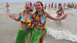Des milliers de Canadiens se ruent dans l'eau froide au Nouvel