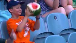 Ce petit garçon et sa pastèque ont fasciné les réseaux