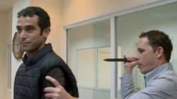 Un journaliste israélien teste un gilet de protection contre les attaques au couteau,