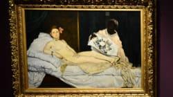 Une artiste arrêtée pour exhibitionnisme après s'être allongée nue au musée