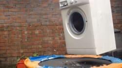 Voici une machine à laver en marche sur un trampoline