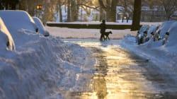 Usa, la costa orientale sepolta dalla neve. Ma a New York torna il