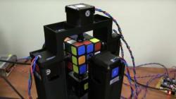 Ce robot résout un Rubik's cube en une