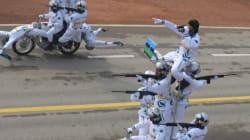 En Inde, des dromadaires (une pyramode en moto) défilent devant