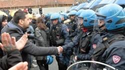 Un gesto di pace nel caos Ilva. La poliziotta si toglie il casco e stringe la mano agli