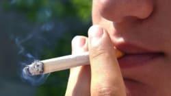 Fumer à plus de 9 mètres des portes: une mesure difficile à