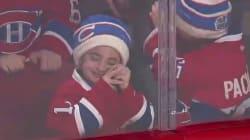 Il campione di hockey gli fa un regalo. La felicità del bambino è