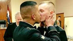 La foto di questi soldati che si dicono sì sarebbe impensabile in