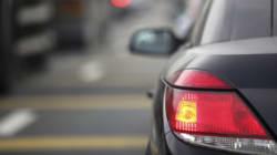 ¿Haces lo correcto al encender las luces de emergencia cuando aparcas en doble