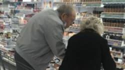 Questi due anziani al supermercato sono l'esempio che il corpo può invecchiare, l'amore
