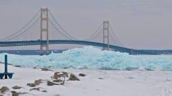 鮮やかなブルーの氷河がアメリカ・ミシガン湖に出現 なぜこんな色になるの?