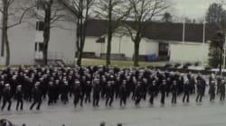 海軍学校の卒業式、生徒たちは伝統を捨てた(動画)