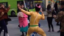 Ces passants qui dansent n'importe comment vont vous donner le