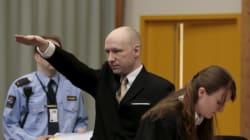 Anders Breivik fait un salut nazi à son arrivée au procès contre