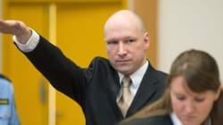 Breivik fait le salut nazi à son arrivée au procès contre l'État