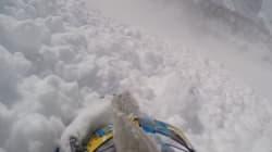Il filme l'avalanche qui