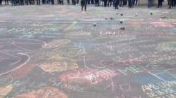 Des centaines de messages à la craie laissés sur la place de la Bourse à Bruxelles