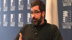 Un militant anti-registre donne une conférence dans une