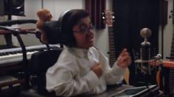 Ce jeune sans crainte nous touche en chantant «Not
