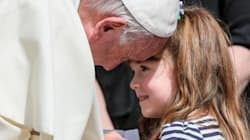 La carezza del Papa a Lizzy, la piccola che perderà la vista e