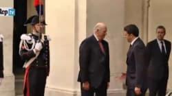 Renzi dà la mano al re di Norvegia, lui non